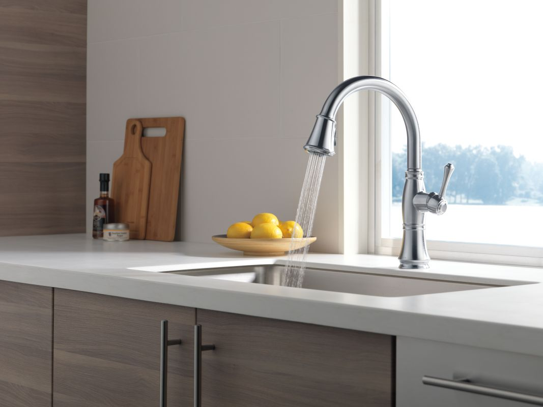 delta 9197 dst running faucet in spray mode in arctic stainless 113